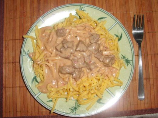 Spätzle mit Pfeffersoße und Rindfleisch